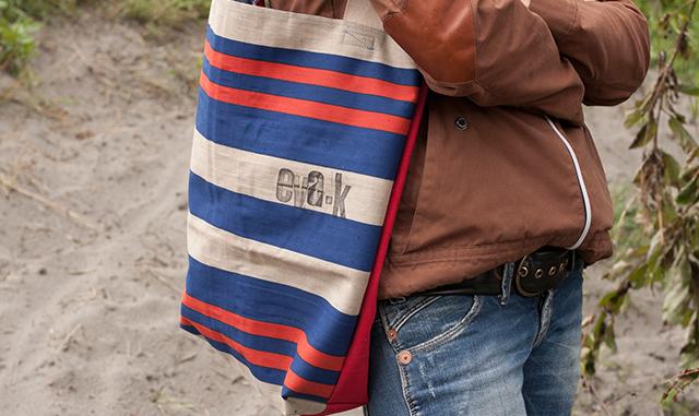 Tasche aus Luftmatraze und Gürtel aus Radschlauch